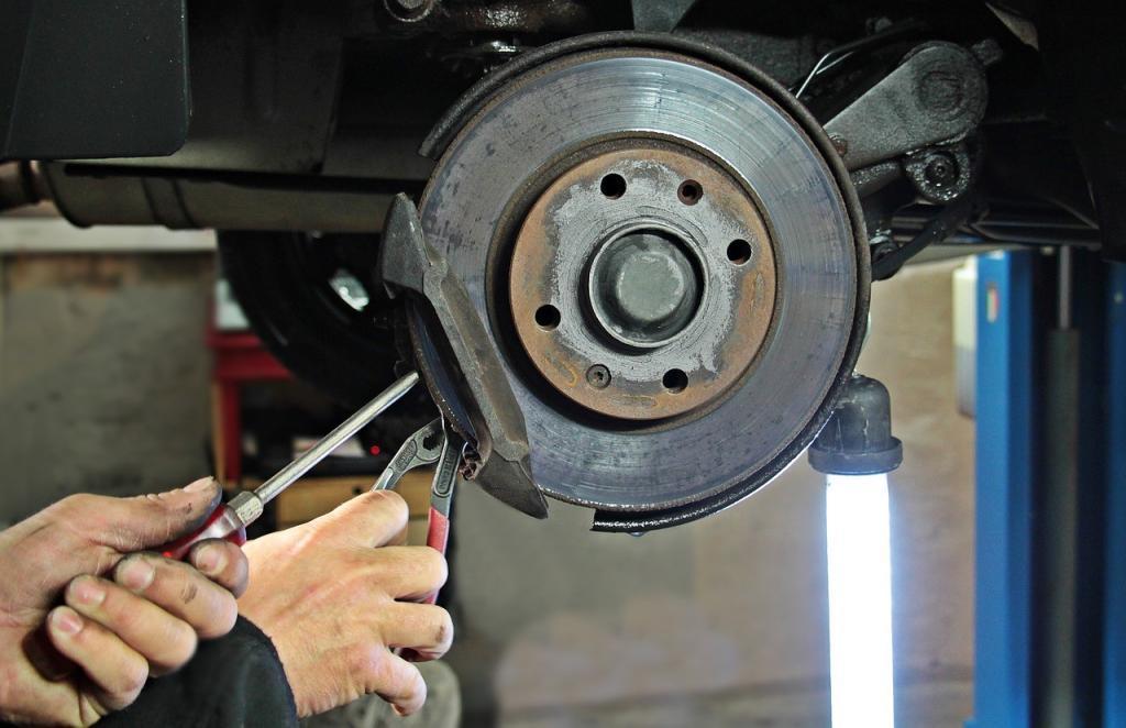 Durch einer Werkzeugwagen sind alle Werkzeuge in der KFZ-Werkstatt schnell verfügbar.