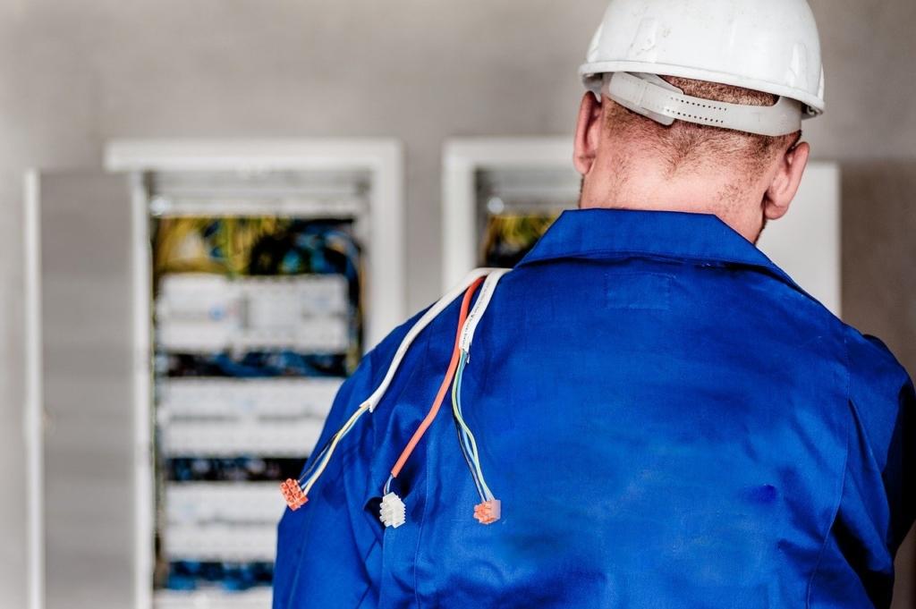 Techniker überprüft die betrieblichen Anlagen
