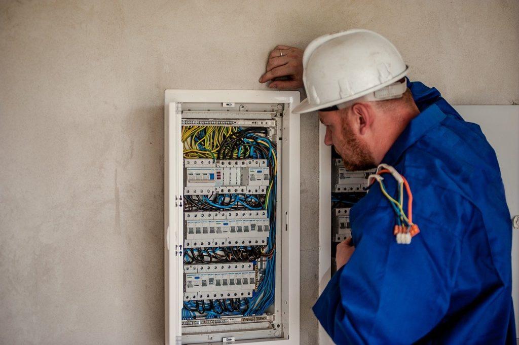Elektriker überprüft eine elektrische Anlage nach der DGUV V3