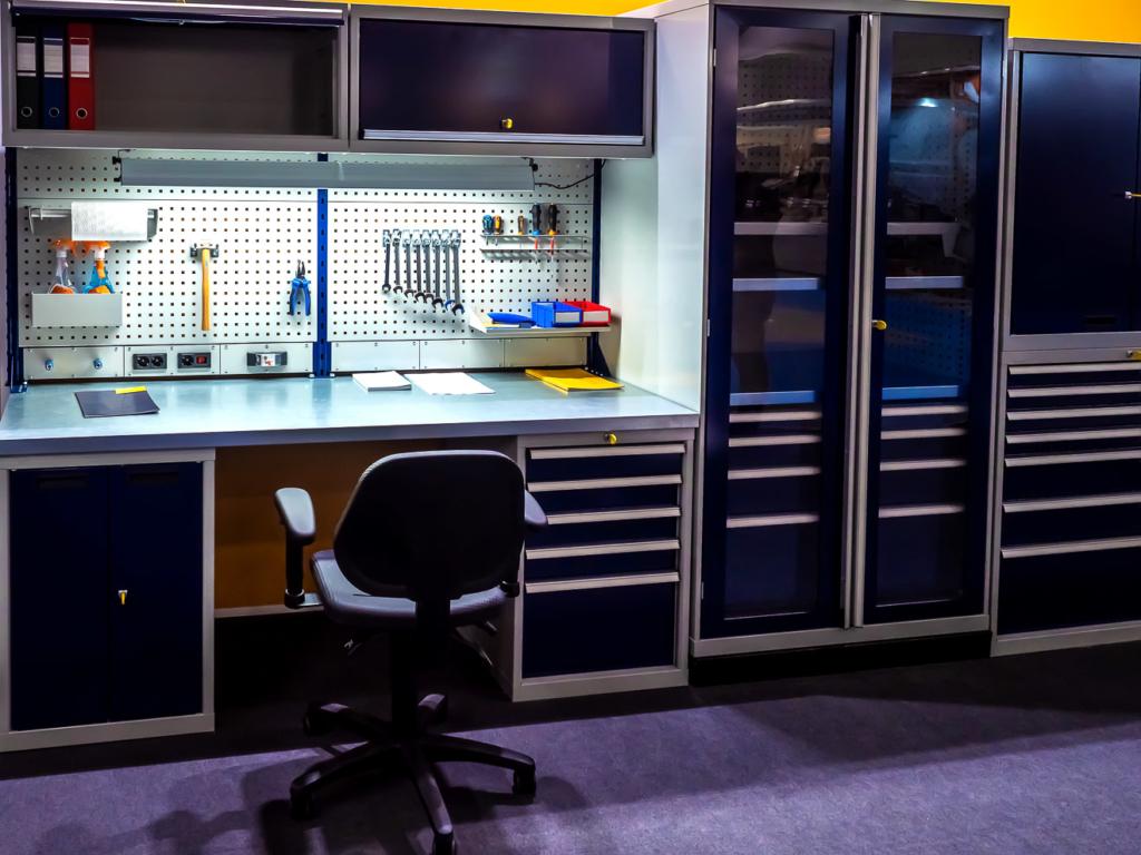 ordentliche Werkstatt mit Werkzeugschränken