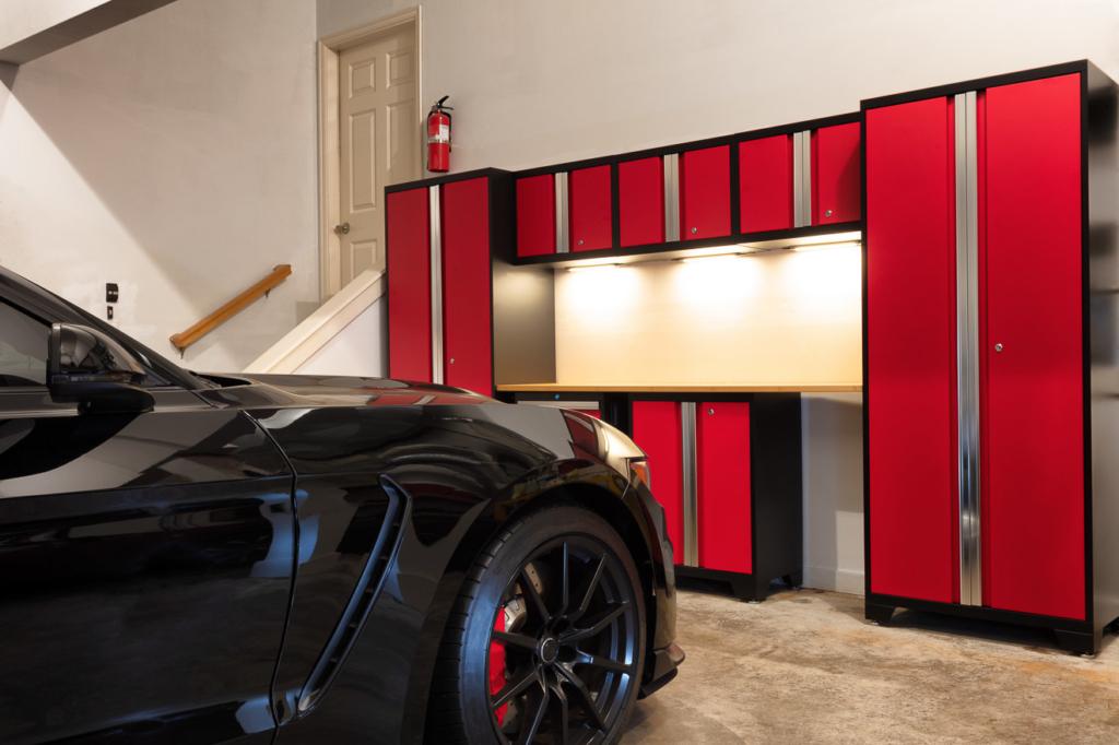 Garage mit Werkstattset aus verschiedenen Werkzeugschränken