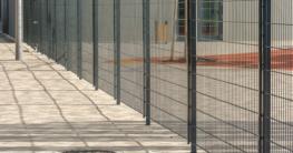 Moderner Metallzaun aus Einstabmatten zur sicheren Einzäunun